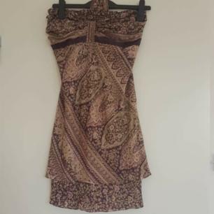 Jättefin och skön klänning i 70% silk från Indien, köpt förra året och använd endast 1gång 🌈 Kan skicka fler bilder vid intresse! Håller på att rensa inför en flytt, kommer att lägga upp massa kläder för ett billigt pris. Kan samfrakta och det går även bra att hämta det på söder i Stockholm där man kan fynda mer hemma hos mig!  🌟