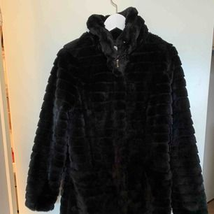 Säljer en snygg pälsjacka från vila Storlek m Sparsamt använd Fejkpäls  Två fickor i kappan Köparen står för frakten 80 kr