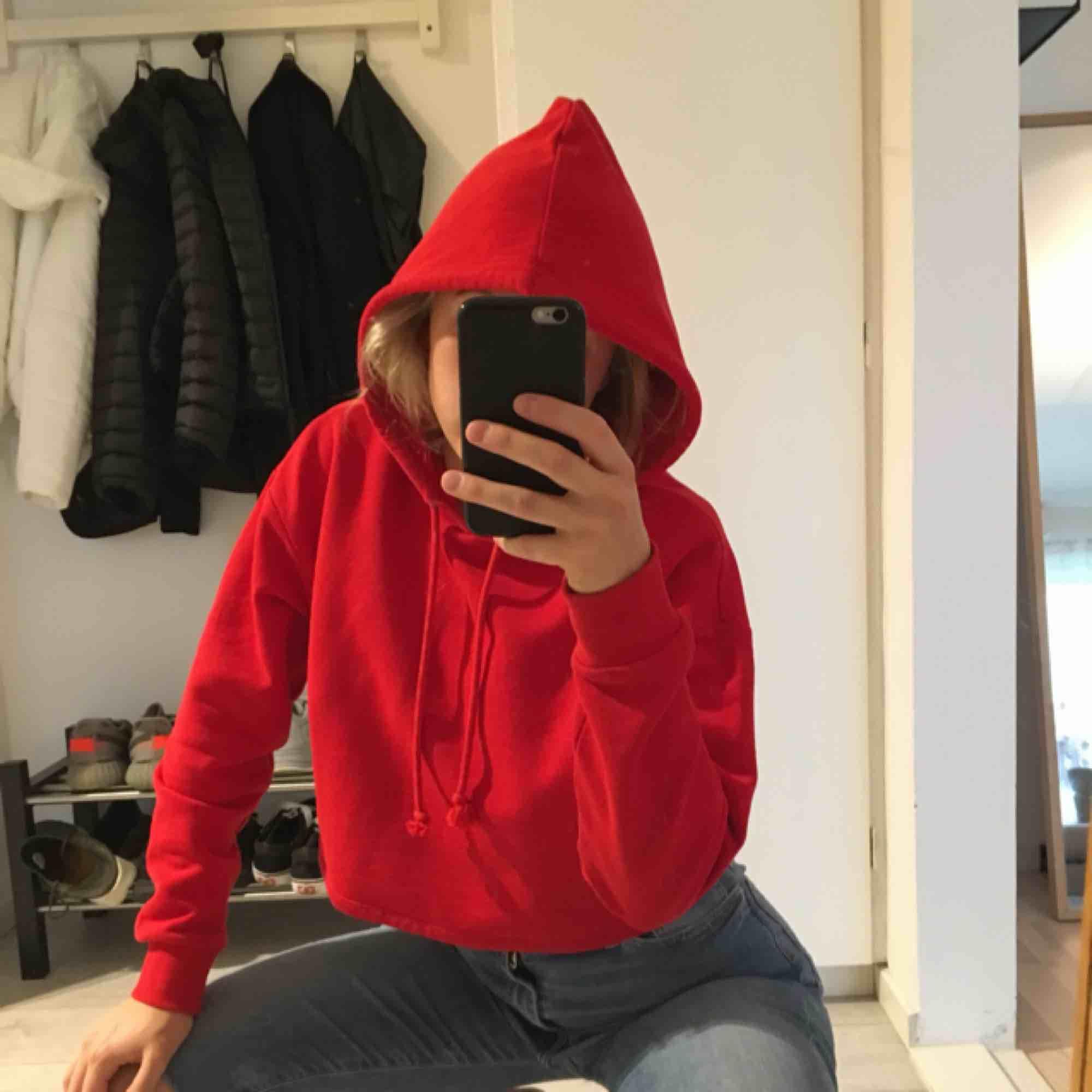 Röd cropped hoodie från hm. Superskön och i jättefint skick då jag endast testat den. . Huvtröjor & Träningströjor.