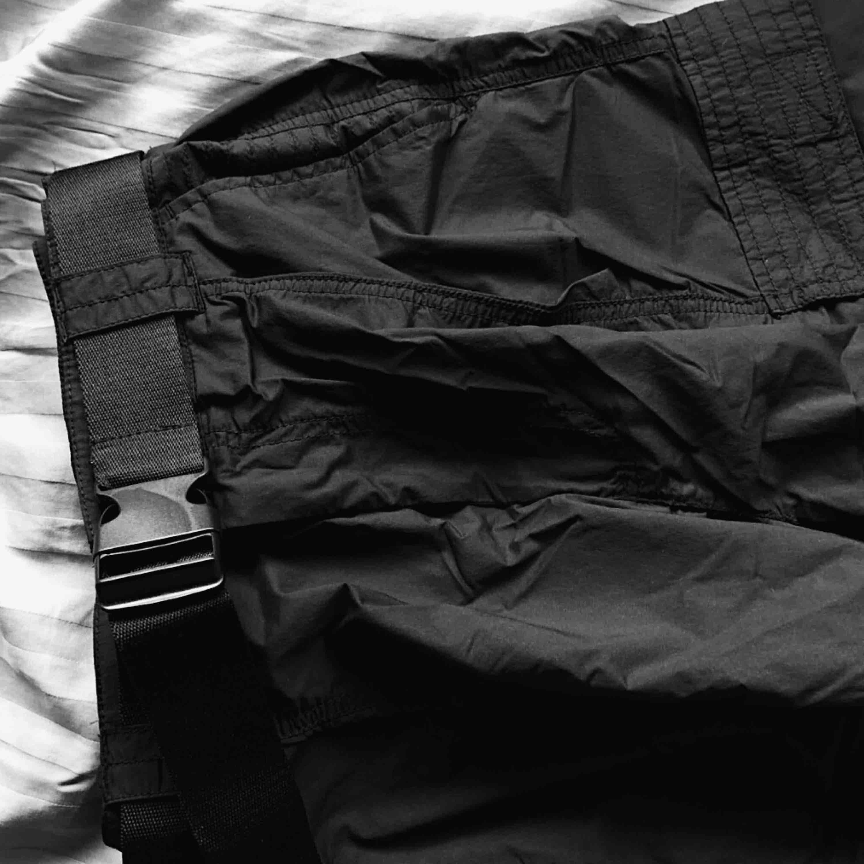 Black belted utility trousers, HELT OANVÄNDA! Storlek 36, men skulle snarare säga att de är en 38 till eventuellt 40. Bälte ingår. Orginalpris 549 kr. Mitt pris 350 kr. ❤️. Jeans & Byxor.