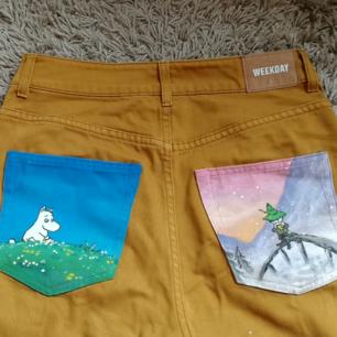 Egenmålade jeans med mumin och snusmumriken! Byxorna är från weekday i modellen Veer Occra. Skickar gärna fler bilder.💫💫