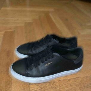 Axel Arigato sneakers köpta för en månad sedan😊 Jag har använd dom 2 gånger men är tyvärr inte min stil. Köpte dom för 1800kr men säljer nu för halva priset!! Super snygga lite finare sneakers🧸