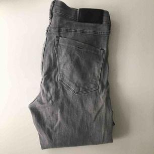 Gråa jeans med stretch och fåtal samt små slitningar (som fanns vid köp). Modell slim, regular waist. Storlek 26x32. Använda ett fåtal gånger. Finns på flera sidor. De är lite för långa för mig som är 162cm.
