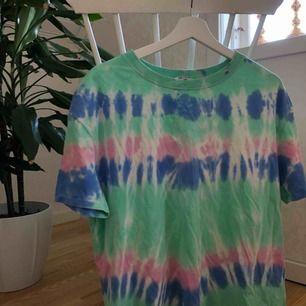 Fin T-shirt från Zara med roligt mönster som även är väldigt trendigt atm. Storlek S. 41kr fraktkostnad, hmu vid intresse eller eventuella frågor<3