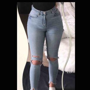 Super high waised jeans ifrån Gina Tricot. Otroligt stretchiga och sköna. Jag har själv klippt ett hål där bak på byxorna