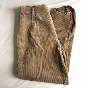 Vintage manchester-byxor med knäppning och dragkedja på sidan! Helt prima skick och passar de flesta storlekar beroende på fit. Kan mötas upp i Sthlm eller skicka (porto tillkommer). Skriv om du har frågor! :)