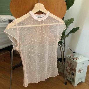 Söt liten mesh tröja från Urban Outfitters!  Tajt men rymlig!
