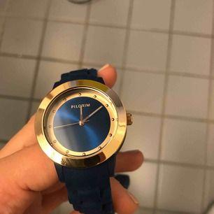 Hej hej! Säljer min pilgrims klocka, helt oanvänd med plasten kvar. Marinblå jättesnygg men har aldrig behov av klockor. Nypris: runt 800kr