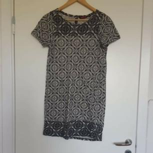 Fin klänning från indiska 🌈 Kan skicka fler bilder vid intresse! Håller på att rensa inför en flytt, kommer att lägga upp massa kläder för ett billigt pris. Kan samfrakta och det går även bra att hämta det på söder i Stockholm där man kan fynda mer hemma hos mig! 🌟