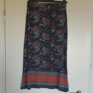 Långkjol happy holly 🌈 Kan skicka fler bilder vid intresse! Håller på att rensa inför en flytt, kommer att lägga upp massa kläder för ett billigt pris. Kan samfrakta och det går även bra att hämta det på söder i Stockholm där man kan fynda mer hemma hos mig! 🌟
