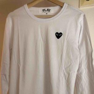 Säljer en CdG Play långärmad tröja i storlek M, men som ni säkert redan vet så sitter dom lite mindre så s-m. Skickar med postnord!