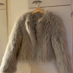 Grå Zaras jacka stl M passar  bra på mig som har XS och S  Använd 3 gånger ,jätte bra skick.
