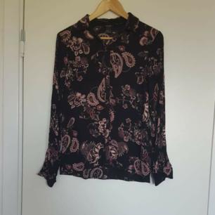 Skjorta i fint mönster 🌈 Kan skicka fler bilder vid intresse! Håller på att rensa inför en flytt, kommer att lägga upp massa kläder för ett billigt pris. Kan samfrakta och det går även bra att hämta det på söder i Stockholm där man kan fynda mer hemma hos mig! 🌟