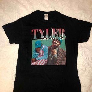 Snygg tisha med tryck på Tyler The Creator🌸🐝passar många storlekar (jag är XS) Frakt på 30kr tillkommer!