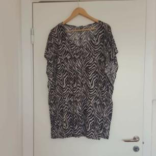 Svart vit tunika h&m 🌈 Kan skicka fler bilder vid intresse! Håller på att rensa inför en flytt, kommer att lägga upp massa kläder för ett billigt pris. Kan samfrakta och det går även bra att hämta det på söder i Stockholm där man kan fynda mer hemma hos mig! 🌟