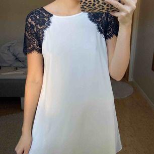 Jättefin svart och vit spetsklänning. Använd några fåtal gånger. Frakt tillkommer. Betalning med swish.