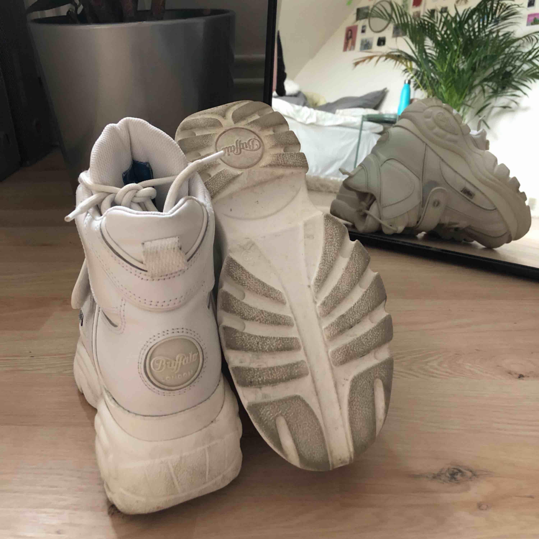 Säljer mina skitsnygga High top Buffalo skor eftersom jag inte använder dem. Har använt dem ute ca. 3-4 gånger, så de är nästan som nya. Nypris: 1899kr. Skor.