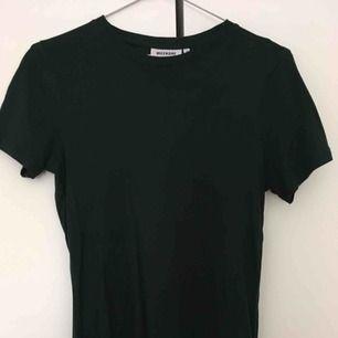 Oanvänd T-shirt mörkgrön från weekday. Kan mötas upp i Stockholm