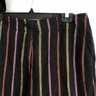 Randiga vida brallor i linnematerial<3 Storlekslappen är av men jag gissar att byxorna är M/L. Frakt tillkommer<3