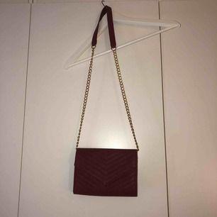 fin, mörkröd och liten handväska! minns ej vilken butik den är ifrån tyvärr! inga skador eller fel på den, säljes pga använder ej💜💜