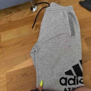 Säljer nya adidas byxor både för tjej och kille från XS-S