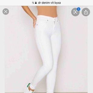 Säljer nu mina fina dr denim vita jeans i strl xs men som passar en s på sista bilden så är de ett slits back vid rumpan som ja gjort på dessa dr denim jeans därför visar den sista bilden hur de ser ut 🎀ni står för frakt❤️
