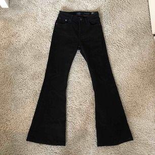 Supersnygga Flarie jeans från crocker! Använda ett fåtal gånger. Har tyvärr blivit för små för mig.  Nypris 700 kr, mitt pris 150 kr.