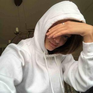 KRIIIISPIG vit hoodie från H&Ms herravdelning! Storlek XS, passar perfekt på mig med XS/S som storlek. Använd typ 1 gång. Skön och passar till allt 💐