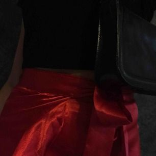 Super fin kjol för alla tillfällen. Glansigt röd. Passar alla strl, köpt för 900kr använd 1 gång