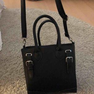 Rymlig handväska från Lindex, bra skick! Skriv om ni har några frågor🤩