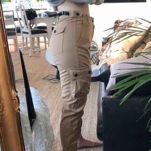 Ett par coola cargo byxor från bershka i stl M men skulle säga att de även sitter som en S. Prislappen är kvar då jag aldrig fått användning för dem. Frakt tillkommwr😊