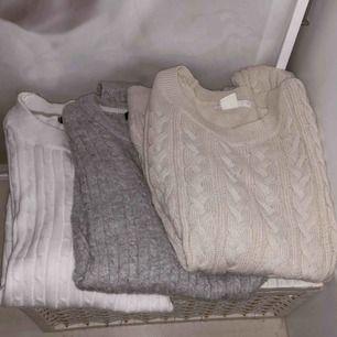 Mörkgrön, marinblå, grå, vit och beige stickade tröjor alla i storlek XS. Skriv för mer info och bilder