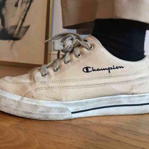 Champions sneakers i beige som passar till det mesta! Mjuka och sköna! Använt skick men tvättas lätt. Köpare står för frakt.