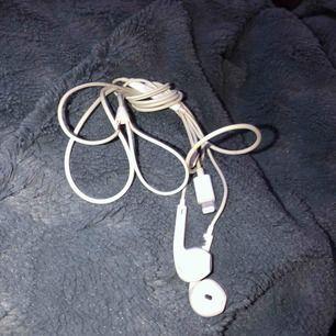 iPhone hörlurar Helt fungerande Lite sönder vid sladden 100kr  Har två par!