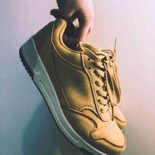 Sneakers från Din sko som är använda två gånger. Gul 'mocka' och väldigt bekväma. 🌞