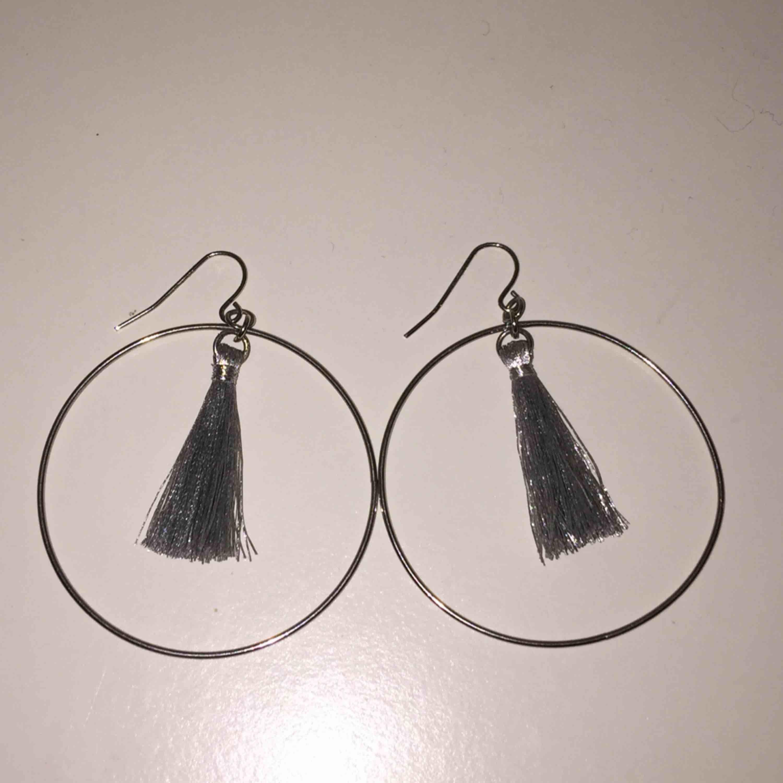 säljer ett par örhängen! ringar med små gråa tofsar i! aldrig använda pga inte min stil, köpta för 80kr på gina tricot och aldrig använda!. Accessoarer.