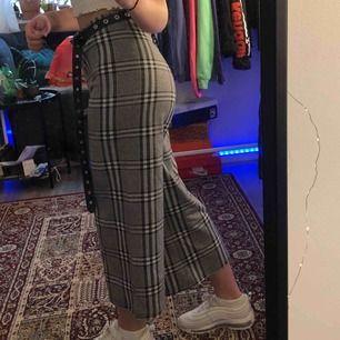 Jätte fina byxor, i super bra skick då dom ändats använda 2-3 gånger, säljer då jag känner att dom inte riktigt är min stil💕