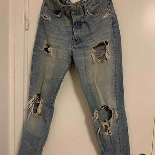 Skit snygga ripped jeans från Bikbok, tyvärr för stora på mig. Använda sparsamt. Knappar inte dragkedja. Dom har typ momjeans fit, alltså inte helt tighta nere vid anklarna.