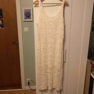 Oanvänd klänning från H&M. Frakten ligger på 54 eller 63 med spårbart