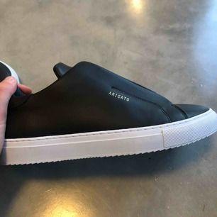 Superfina sneakers från Axel Arigato i storlek 38. Skorna är i nyskick, endast använda en gång. Kvitto och box finns. Nypris 1800kr