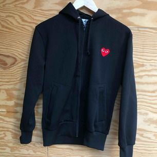 Jättesnygg hoodie från CDG PLAY i storlek S i herrstorlek (passar XS-M). Väldigt bra skick. Köpt på Selfridges i London för 240 pund (ca 3100kr)