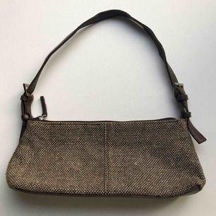 90-tals väska som påminner om en väska som Bella Hadid nyligen bärt