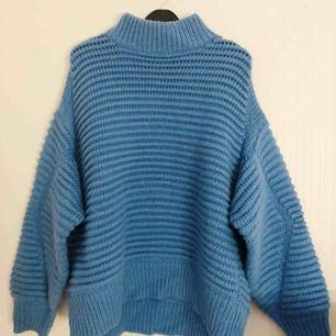 Stickad tröja från H&M i jätte härlig blå färg 👌🏻 Med ballongärmar! 150kr plus 63kr frakt