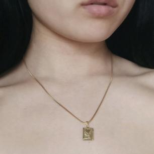 Vintage guld halsband med söt medaljong som går att öppna! ✨ I mycket fint skick! 😌 Ej nickelfri. Halsbandet är 42 cm lång. Frakt kostnad tillkommer! 💌