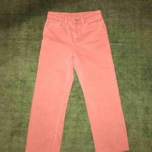 Ett par jättesnygga jeans från Weekday i modellen Voyage. Storleken är 24! Superfin färg - ljusrosa, peach ish! 🍑🌸😍 Frakt tillkommer.
