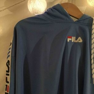 FILA cropped hoodie, nyskick (använd 2 gånger). Fila x Junkyard kollektionen, är slutsåld och var limited edition. Tunnare hoodie. Nypris är 699kr, pris kan sänkas, ge prisförslag. Kan frakta. Se passform bild 3, modellen bär storleken.