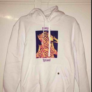 """Helt ny hoodie från """"the cool elephant. Hoodie med tyck aldrig använd då det ät fel storlek för mig.  500 kr + frakt"""