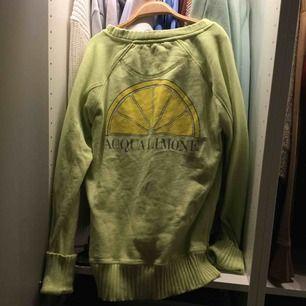 Swipa för bättre bild på färgen! Grön Acqua limone tröja! Helt ny. Storlek XXS, passar även XS & S beroende på hur man vill att den ska sitta. Nypris ca. 699-899kr. Ovanlig & tror inte den säljs längre. PRIS KAN SÄNKAS GE FÖRSLAG!!!. kan frakta.