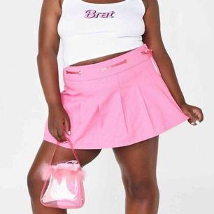 Super snygg kjol från dollskill sugar Thrillz. Kostade 350kr plus frakt så där av priset. Helt ny aldrig använd och det står 1L men man kan skjustera midjan med bandet. Köparen står för frakten💕