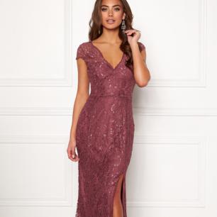 Helt ny Carolina Gynning klänning! Storlek 40! Säljes då den tyvärr inte satt som jag hade hoppats! Alltså enbart provad. Köparen står för frakten 💝